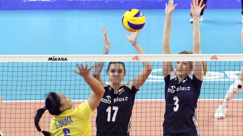 Reprezentantka Tajlandii Onuma Sittirak (L) oraz Malwina Smarzek (C) i Klaudia Alagierska (P) z Polski podczas meczu turnieju Ligi Narodów siatkarek w Opolu