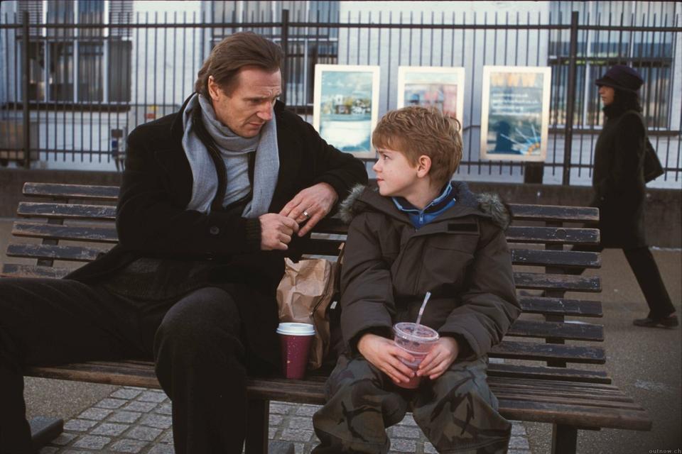 """Liam Neeson i Thomas Brodie-Sangster w filmie """"To właśnie miłość"""""""