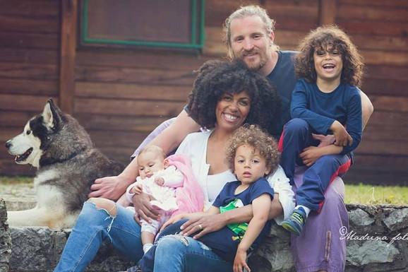 Amerikanka i Srbin upoznali su se u Švajcarskoj, živeli u Belgiji, a evo zašto su odlučili da troje dece ODGAJAJU NA TARI