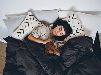 Sen wpływa nie tylko na samopoczucie i urodę. Problemy ze snem mogą zwiększać np. ryzyko chorób serca i nowotworowych