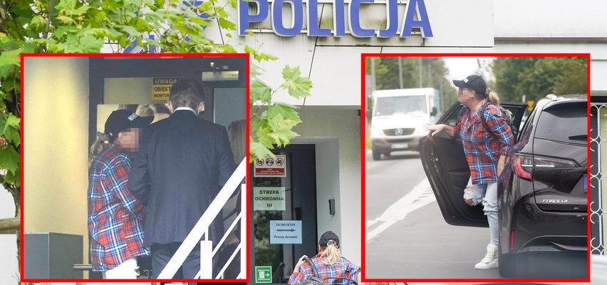 Beata K. stawiła się na przesłuchaniu. Na komisariat przywiozła ją córka. Wiemy, jak odniosła się do zarzutów [ZDJĘCIA]