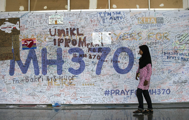 Ściana pamięci zaginionego boeinga Malaysia Airlines. Fot. EPA/AHMAD YUSNI