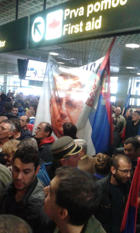 Nekoliko stotina na aerodromu očekuje da se Šešelj pojavi