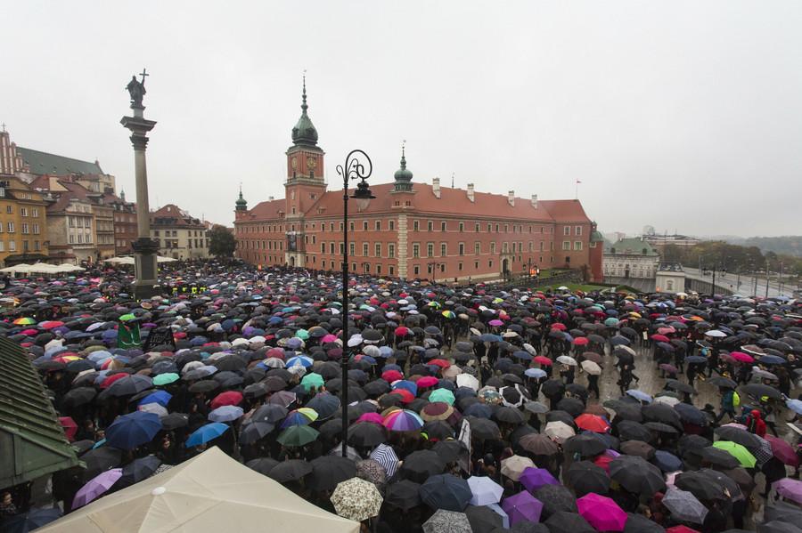 03.10.2016 Warszawa Ogolnopolski Strajk Kobiet w Warszawie na Placu Zamkowym fot. Andrzej Hulimka/REPORTER