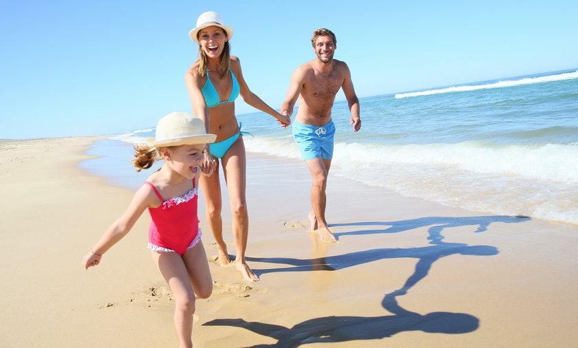 rodzina biegnąca po plaży