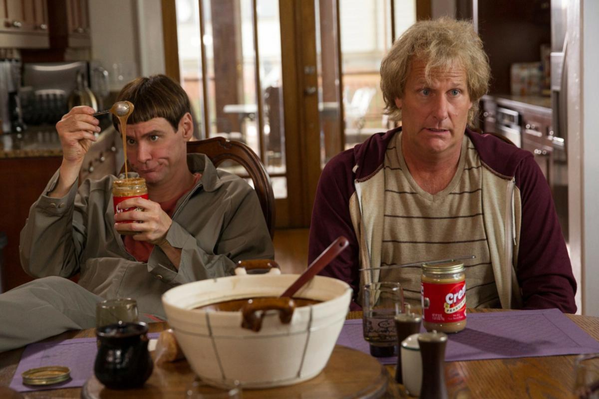 """Jim Carey i Jeff Daniels w filmie """"Głupi i głupszy bardziej"""""""