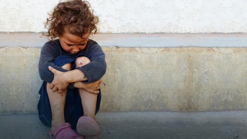 Bezdomne dzieci: w ośrodku z matką lub w domu na działce z rodziną