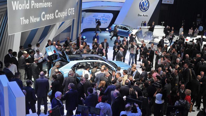Volkswagen odsłonił w Detroit nowy model z podniesionym zawieszeniem i napędem na cztery koła - to cross coupe GTE. Najnowszy SUV niemieckich inżynierów zwiastuje auto, które już niebawem pojawi się na drogach. Jak widać na zdjęciu samochód był szturmowany przez dziennikarzy - każdy chciał go zobaczyć, dotknąć. Co kryje pod karoserią?