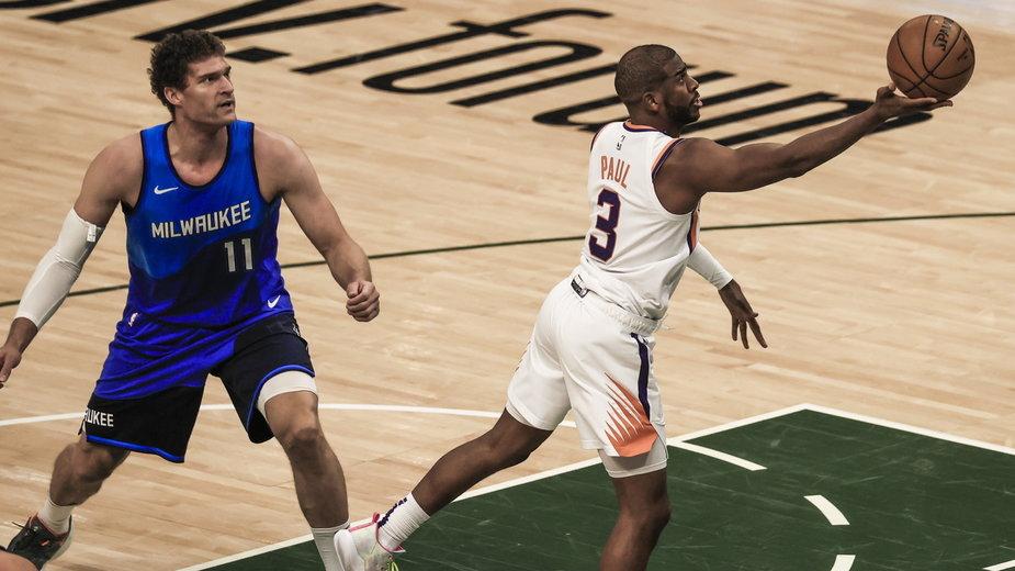 Chris Paul (z prawej) podczas meczu Phoenix Suns - Milwaukee Bucks, 19.04.2021 r.