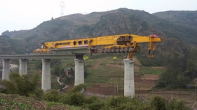 Tak 580 tonowe monstrum buduje mosty