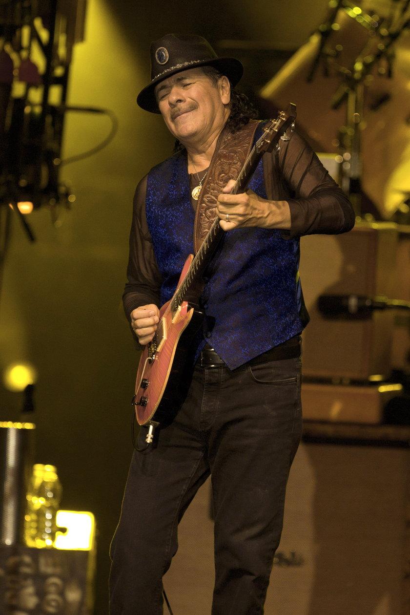 Carlos Santana gra na gitarze