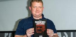 Podszedł do Macierewicza i pokazał mu tę książkę. Zobacz reakcję!