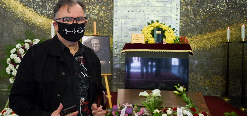"""Hirek Wrona wspomina moment, gdy zobaczył martwego Wojciecha Karolaka. """"Zacząłem płakać, dostałem zastrzyk. I moje pierwsze słowa wprawiły wszystkich w osłupienie"""""""