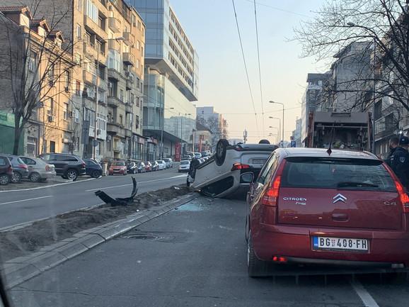 Automobil završio na krovu