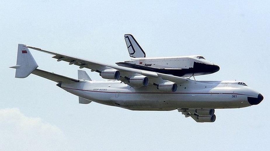Antonow An-225 z przyłączonym promem Buran, na pokazach lotniczych w Paryżu w 1989