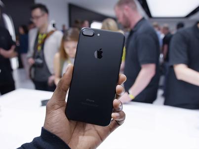 Czy warto kupić iPhone'a 8 lub X?