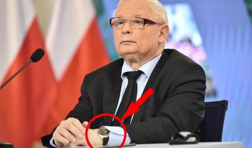 Zegarek Jarosława Kaczyńskiego założony w niecodzienny sposób. Taka moda? To trochę niewygodne!