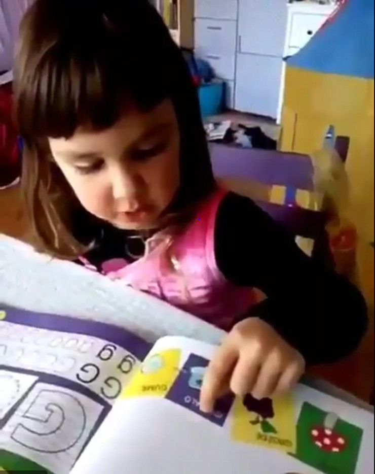 devojčica čita