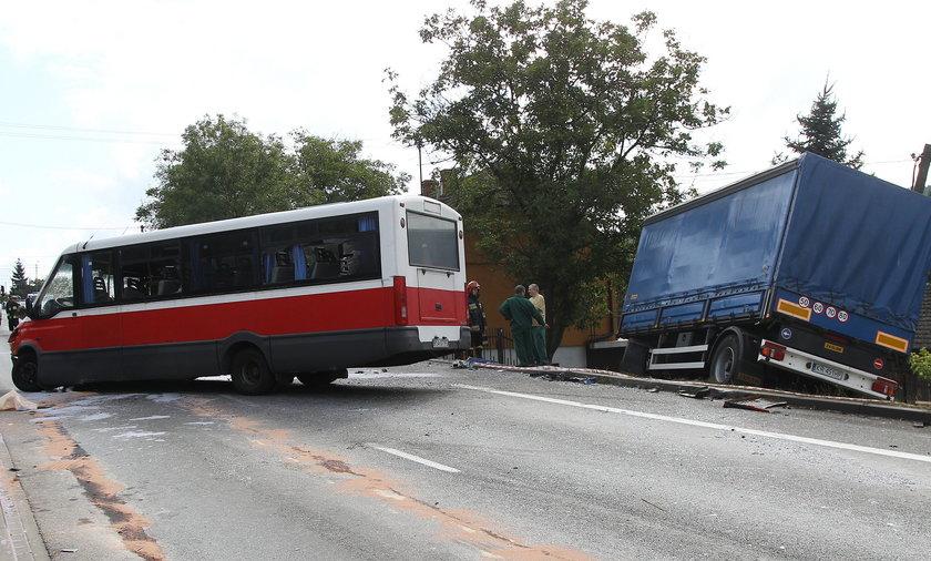 zderzeniu busa z tirem