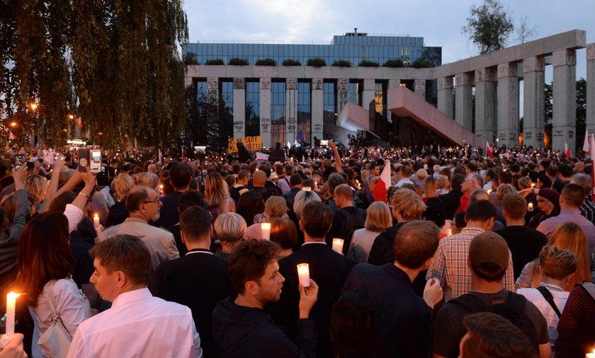 """Kolejne protesty w stolicy. """"Łańcuch Światła"""" pod Sądem Najwyższym"""