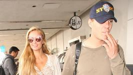 Paris Hilton przyłapana na lotnisku z chłopakiem. Czy gwiazdka w końcu się ustatkuje?