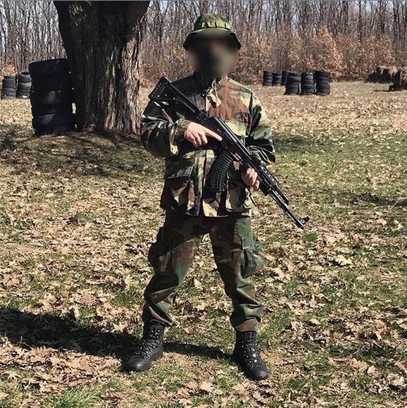 Davor P. rado se fotografisao sa puškom i pozirao u vojničkoj uniformi.