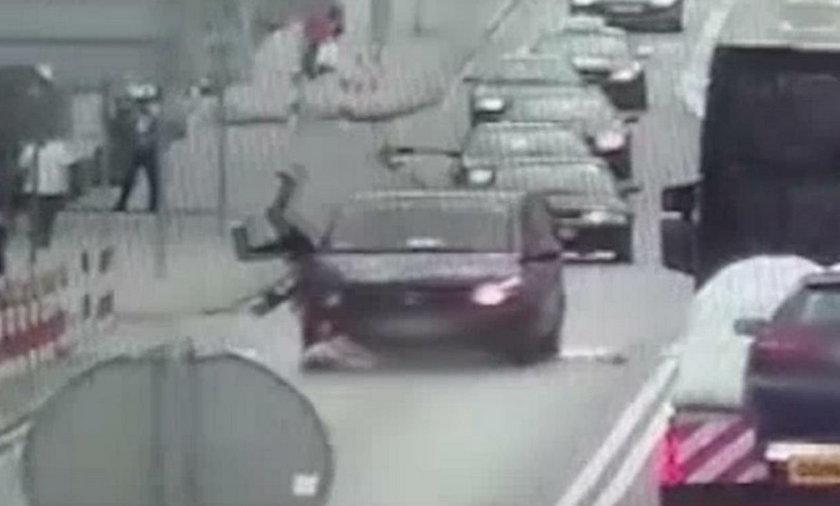 Tomaszów Lubelski: wypadek na przejściu. Kobieta weszła pod karawan