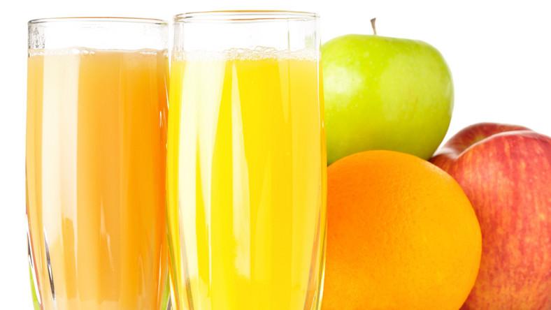 Producenci soków informują na opakowaniach, że zostały one wyprodukowane zagęszczonego soku, że są pasteryzowane i bez dodatku cukru. Co więcej: przekonują, że szklanka soku do śniadania równa jest porcji owoców lub warzyw. Co to wszystko znaczy?