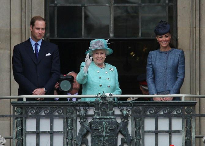 Potpuni modni nesklad: princ Vilijam, kraljica i Kejt Midlton 2012. godine u Notingemu