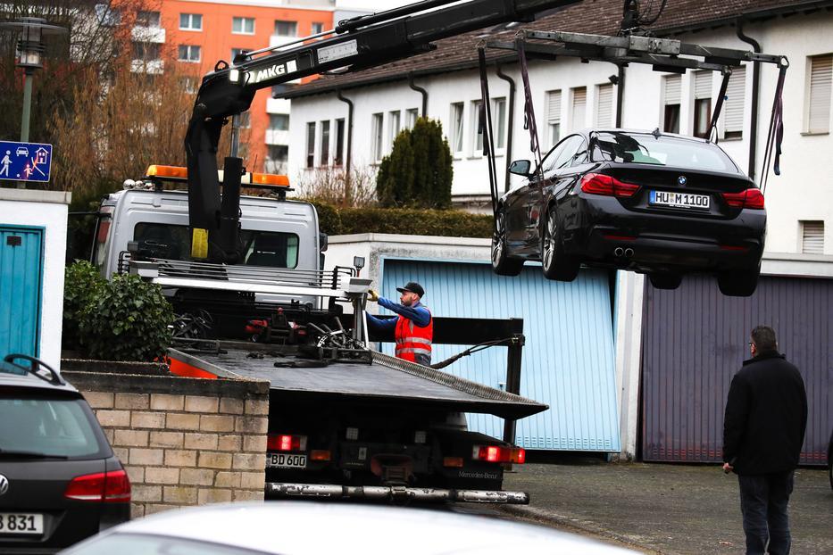 A feltételezett elkövető autóját szállítják el rendőrök a férfi lakóhelyéről a Frankfurt am Main melletti Hanau városban elkövetett lövöldözést követően, csütörtök reggel / Fotó: MTI/EPA/Armando Babani