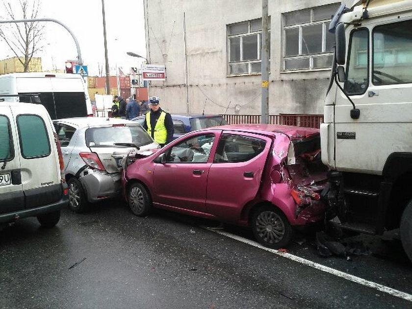 Tir staranował 8 samochodów w Gdyni