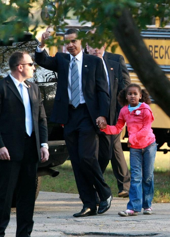 Barak Obama sa ćerkom Sašom odlazi na glasanje 2008. godine u Čikagu