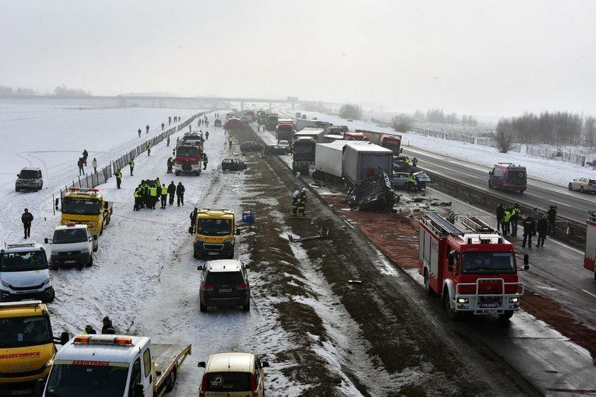 Karambol na A1. Ponad 70 rozbitych aut niedaleko Piotrkowa Trybunalskiego.