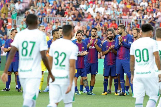 Piłkarze Barlcelony okaskują zawodników Chapecoense