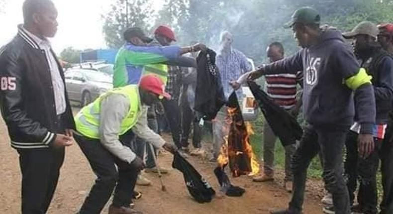 Rival camps in Jubilee trade accusations as divisions in Jubilee turn ugly with rowdy youth burning T-shirts[Video]