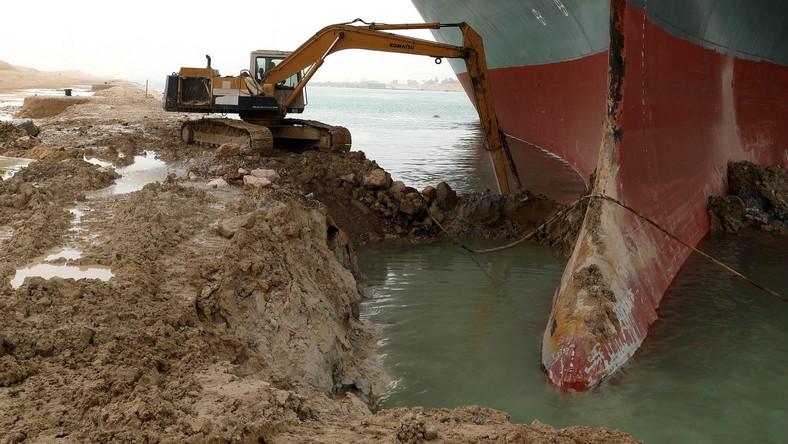 Egipt, Kanał Sueski. Ever Given statek, Koparka próbuje odkopać statek