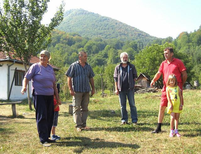 Tragovi bedema i kula: Arheolog Savo Derikonjić (treći sleva) sa meštanima na zaravni Tepavac sa visom Oštik u zaleđu