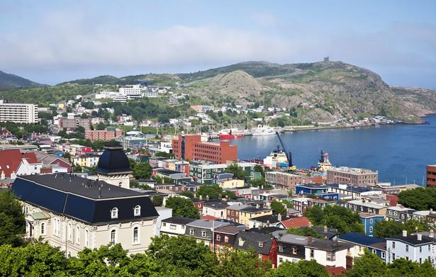"""Panorama St. John's, Nowa Fundlandia, zatoka i Signal Hill, które dawniej było """"wzgórzem nawigacyjnym"""". Statki zbliżające się do Nowej Fundlandii mogły odczytać z niego informacje na temat pogody czy zbliżającego się sztormu przekazywane za pomocą flag oraz instrukcje, gdzie mogą zacumować"""