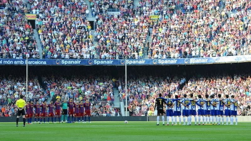 Kibice i piłkarze na Camp Nou w Barcelonie