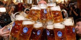 Pobił rekord w noszeniu piwa. Wideo