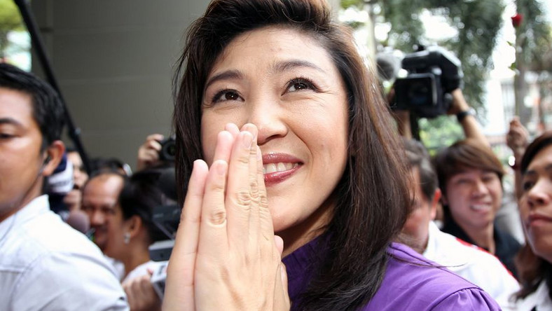 Yingluck Shinawatra z opozycyjnej partii Pheu Thai dziękuje zwolennikom za poparcie. Wstępne sondaże dawały opozycji większość w nowym parlamencie Tajlandii; lipiec 2011