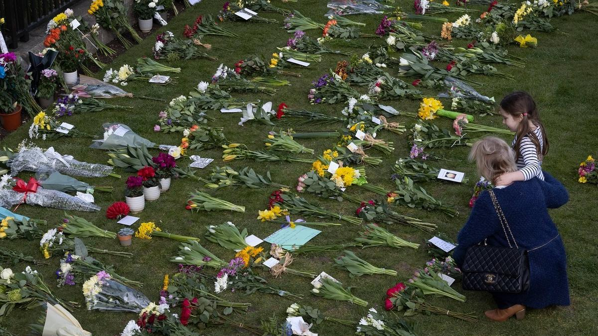 Így siratja Anglia Fülöp herceget - megrázó képek a gyászról