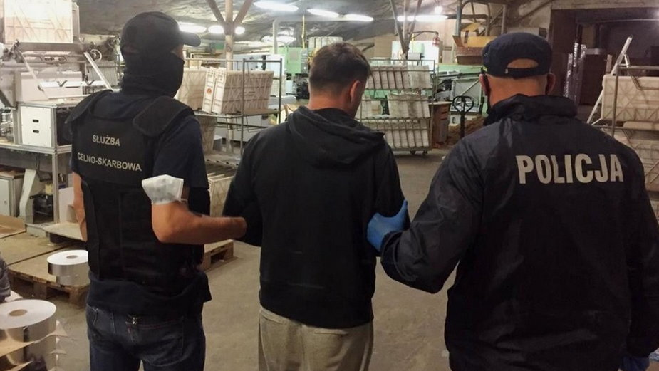 Nielegalna fabryka papierosów na byłej fermie drobiu. Zatrzymano siedmiu obywateli Mołdawii i czterech Polaków