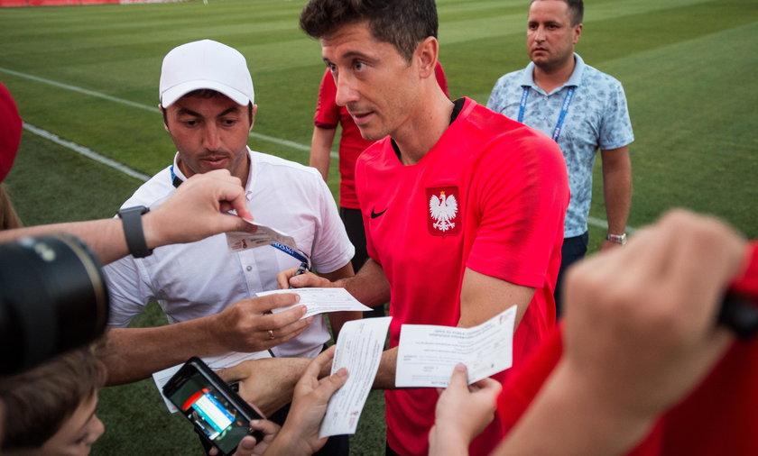 Lewandowski podpisał się w paszporcie fanki. Teraz kobieta może mieć kłopoty