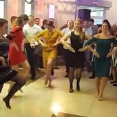 """""""AJMO"""" Snimak sa venčanja para iz Mladenovca podigao region na noge: Ovako to rade FOLKLORAŠI! (VIDEO)"""