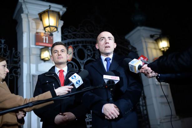 Posłowie PO Borys Budka i Arkadiusz Myrcha podczas konferencji prasowej przed Ministerstwem Sprawiedliwości.