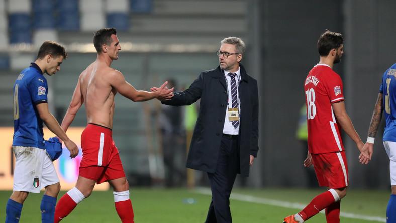Piłkarz reprezentacji Polski Arkadiusz Milik (2L) i trener kadry Jerzy Brzęczek (2P) po meczu grupy A1 Ligi Narodów z Włochami