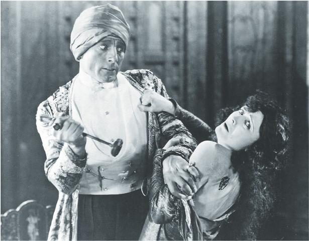 """Kadr z filmu """"Napiętnowana"""". Na zdjęciu Charles de Rochefort i Pola Negri Fot. Forum"""