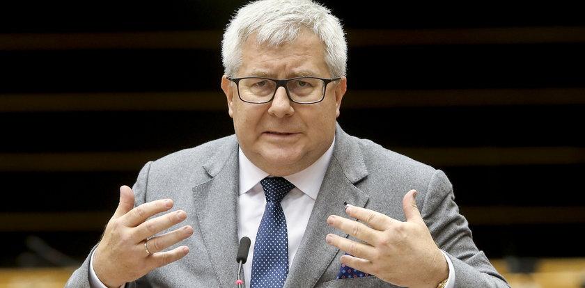 Ryszard Czarnecki musi oddać 100 tys. euro. Koledzy oferują wsparcie