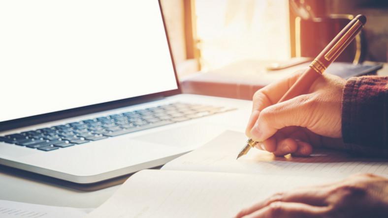 praca, biuro, kalendarz, dokumenty, komputer/fot.Shutterstock